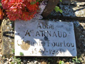 Tombe de l'abbé Arnaud, le curé de Fourtou