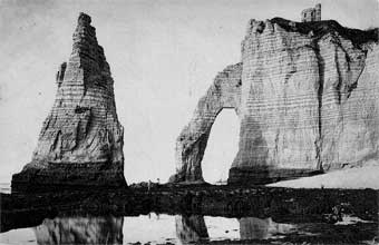 La pierre droite ou aiguille et l'arche dominée par le fort de Fréfossé
