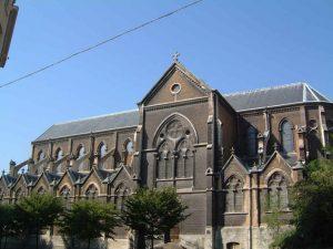 L'église Saint-Bernad de Clairvaux auteur de la charte des Templiers au-dessus des arêtes de poisson