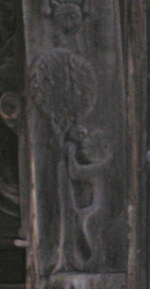 Singe au pommier de la Salamandre d'Etretatr la façade du manoir