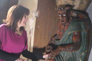 Stéphanie Buttegeg en conversation avec le diable de l'église de Rennes le Château lors de ses visites guidées