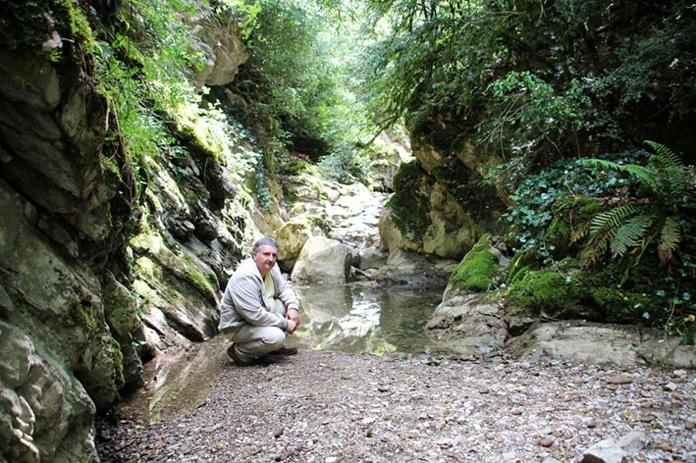 Jean-Pierre Garcia dans le lit du Bézis disparaissant dans les profondeurs, une rivière qui fait crime…