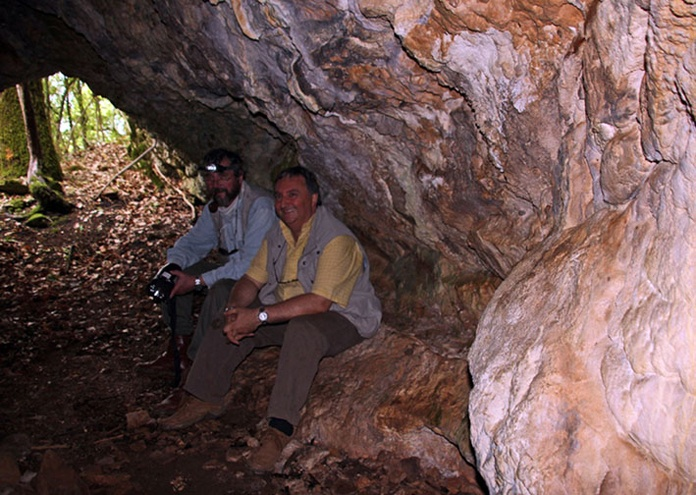 Patrick Merle et Jean-Pierre Garcia dans la grotte au banc