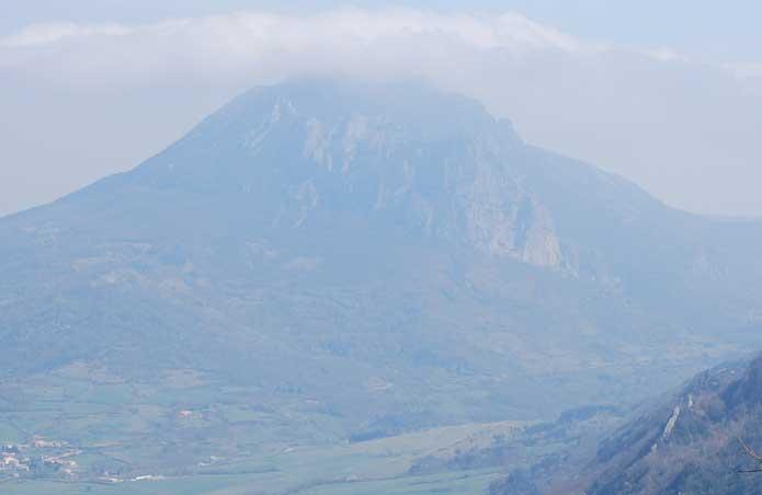 Le pech de Bugarach vu depuis le château des Templiers au Bézu