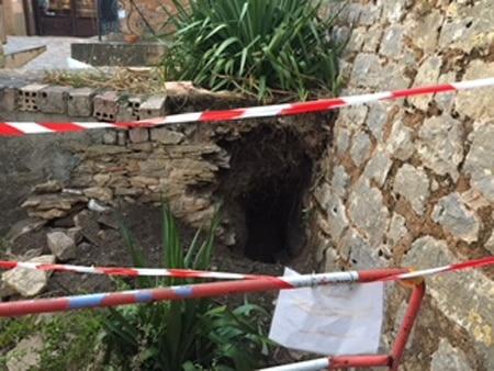 Il y a un an déjà dans le coin du jardin du calvaire contre l'église, il y a eu des fouilles illégales ! - Johan Netchacovitch ©