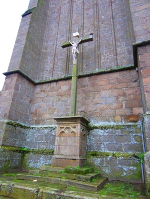 La croix au pied de la tour gothique dans les pas de Pierre Plantard