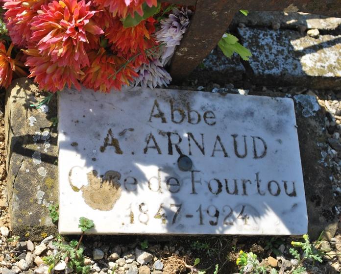 Tombe de l'abbé Arnaud dans le cimetière de Fourtou