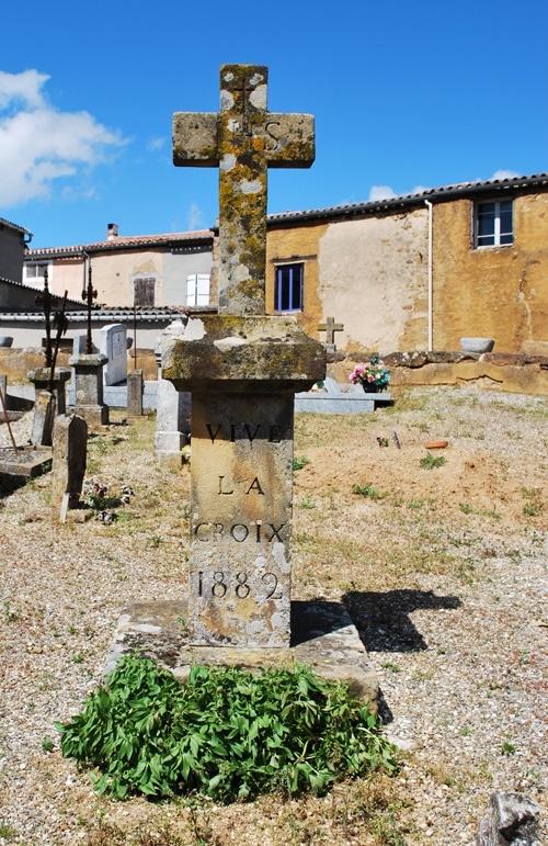 Vive la croix (1882) - Dans le coin inférieur droit, le dessus de la croix de la tombe de l'abbé Arnaud