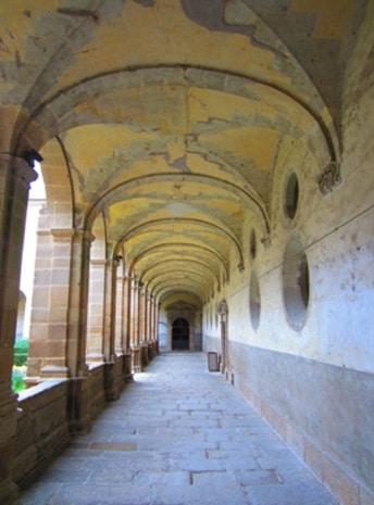 Le cloître Richelieu de l'abbaye Saint-Sauveur