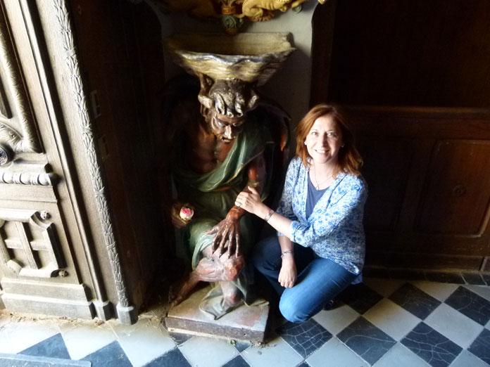 Kris Darquis au pied du diable, Asmodée, de l'église de Rennes-le-Château