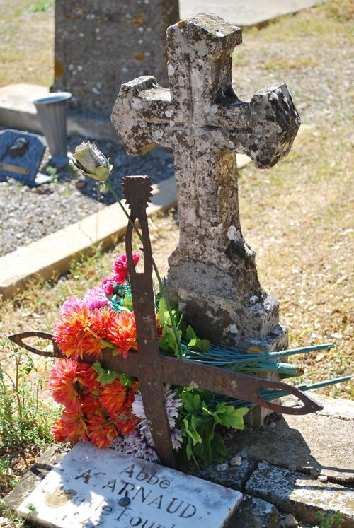 Croix de la tombe de l'abbé Arnaud