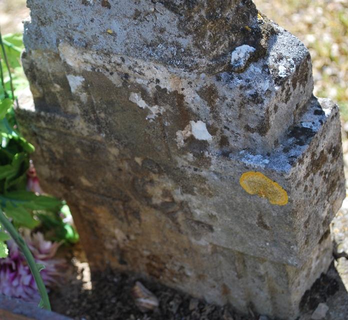 Croix sur la tombe de l'abbé Arnaud - Johan Netchacovitch ©
