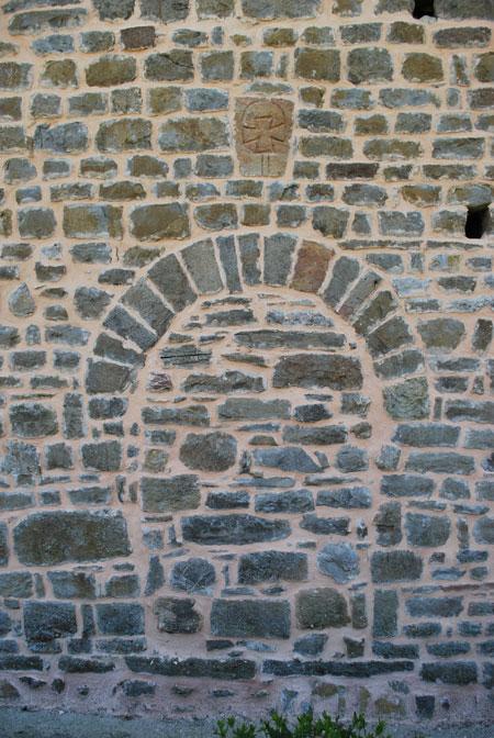 Arc de Roseline : Croix templière au-dessus de la porte des morts de l'église de Serres