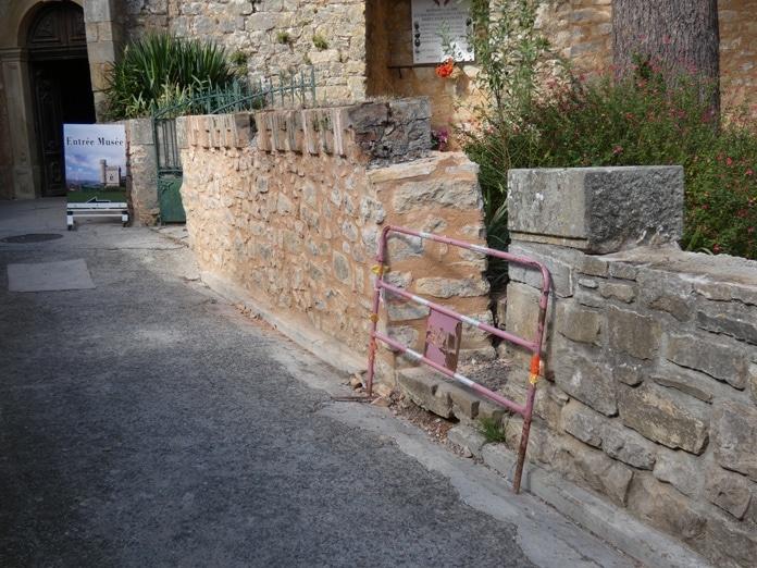 Pierres enlevées aux murettes du jardin du calvaire lors des travaux 2019
