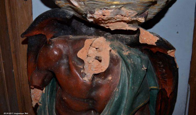 Gros plan du cou du diable… qui a perdu sa tête