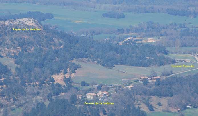 Depuis le château, Coumesourde, la ferme de Lavaldieu et la pique de Lavaldieu