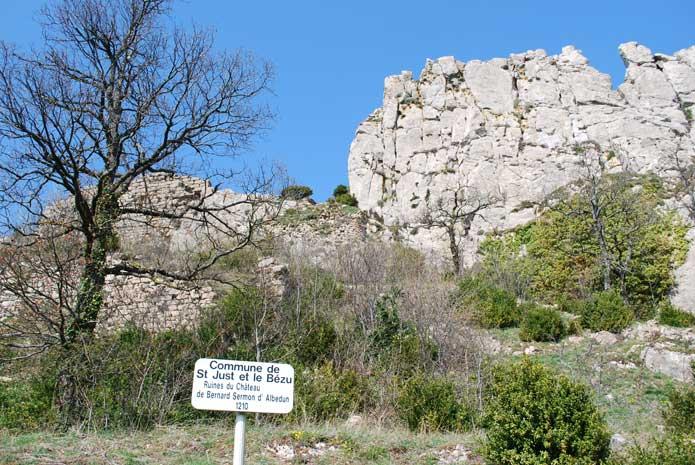 Plaque commémorative de la prise du château par Simon de Montfort. A gauche, reste de fortifications.