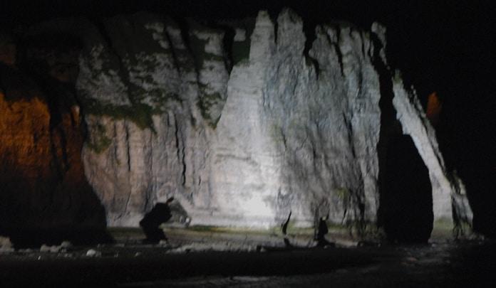 La nuit, la pointe de l'aiguille d'Etretat émerge et cache l'entrée… des trésors des rois