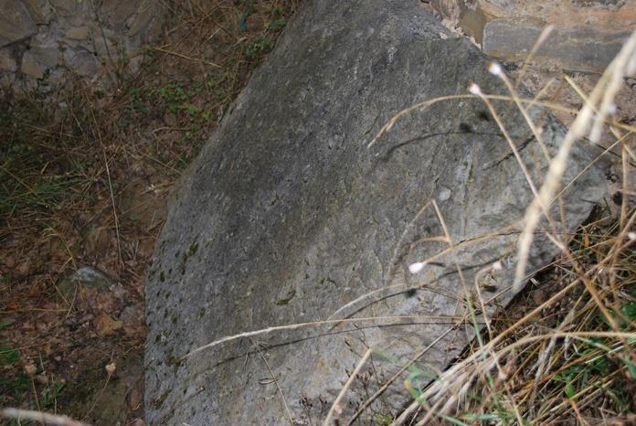 Pierre de l'autel ou pierre tombale ?