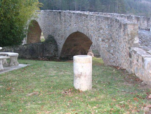 Pont de Serres et borne méridienne. Le pont date du… 19e siècle. - Johan Netchacovitch ©