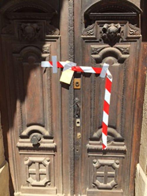 Les scellés apposés sur la porte de l'église de Rennes-le-Château