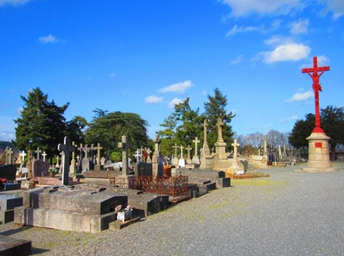 La croix de mission surplombant la tombe de la mère de Pierre Plantard