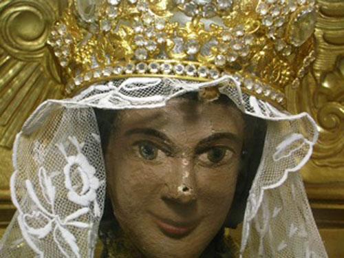Vierge noire de Notre-Dame de Marceille, son manteau a été dérobé et sa tête décapité.