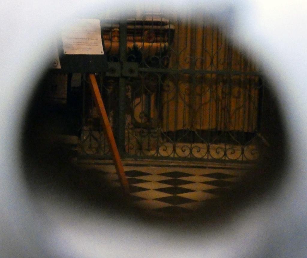 L'église par le petit bout de l'oeilleton de l'ancienne serrure