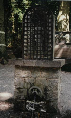Fontaine de Brûly-de-Pesche dans l'article Brûly-de-Pesche le bunker d'Hitler