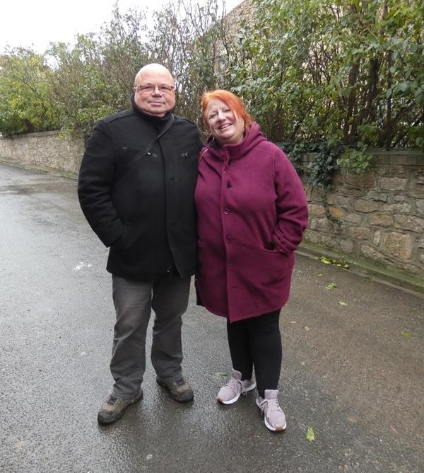 Kathleen McGowan et Johan Netchacovitch en promenade à Rennes-le-Château