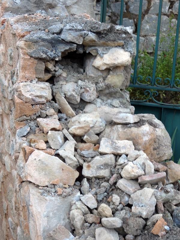 Muret partiellement démoli dans le jardin du calvaire