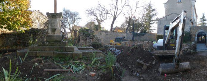 Pelleteuse  dans le jardin du calvaire de Rennes-le-Château