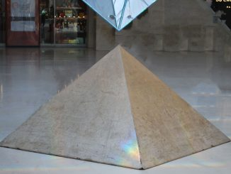 Petites pyramides souterraines du Louvre à Paris