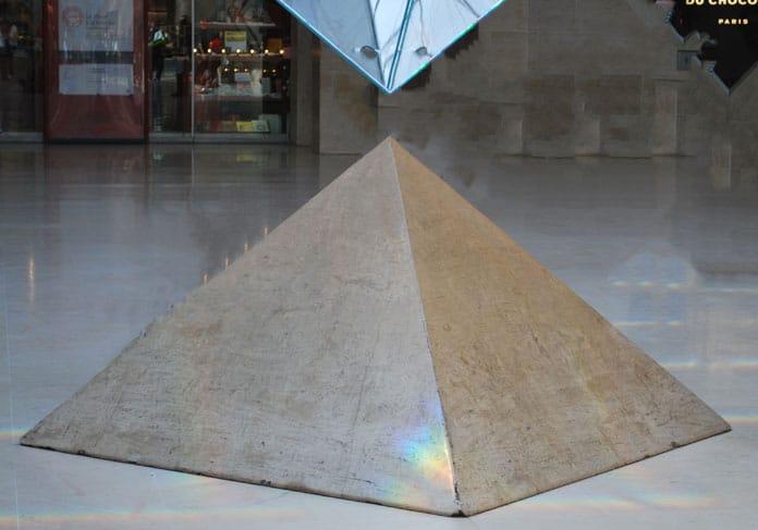 Petite pyramide en pierre du Louvre