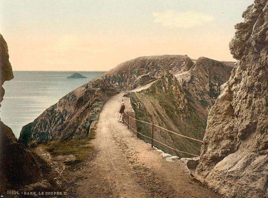 Vue de La Coupée entre la Grande Sark et la Petite Sark sur l'ile de Sark