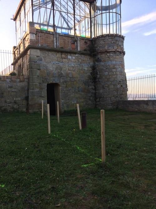 Espace entre la tombe de Saunière et l'orangerie