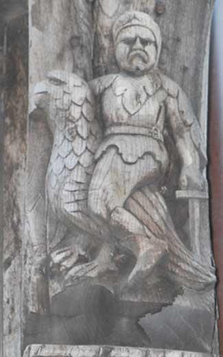 Le guerrier chevauchant un aigle sur la façade de La Salamandre d'Etretat