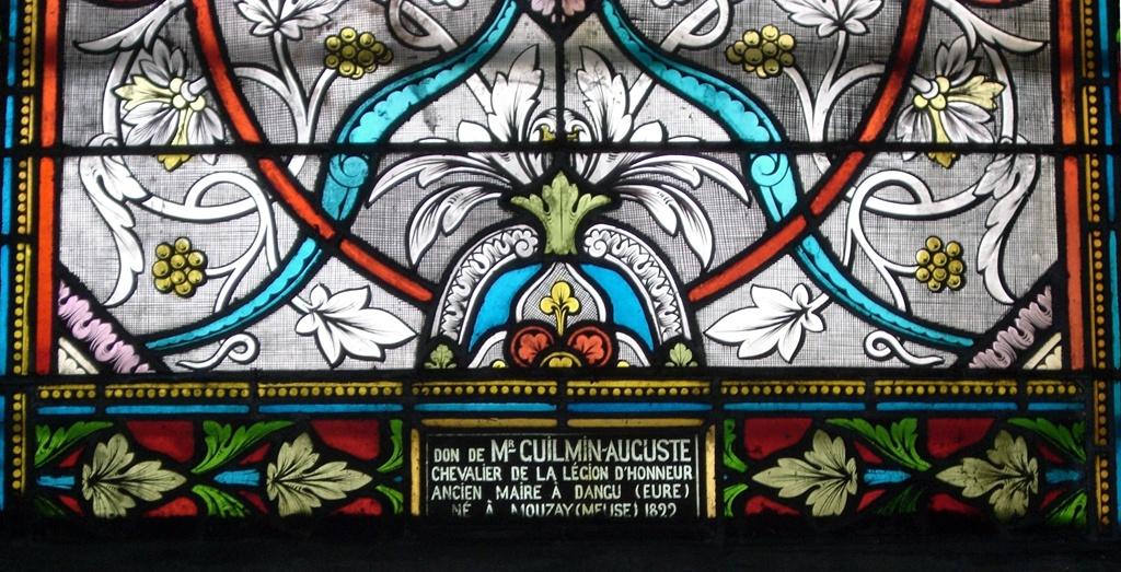 A droite du vitrail dédié à Dagobert II, un autre représente la Vierge accompagnée par un jeune homme. Il a été offert par Mr. Guilmin Auguste, Chevalier de la Légion d'Honneur, ancien maire à Dangu (Eure) né à Mouzay (Meuse) 1822