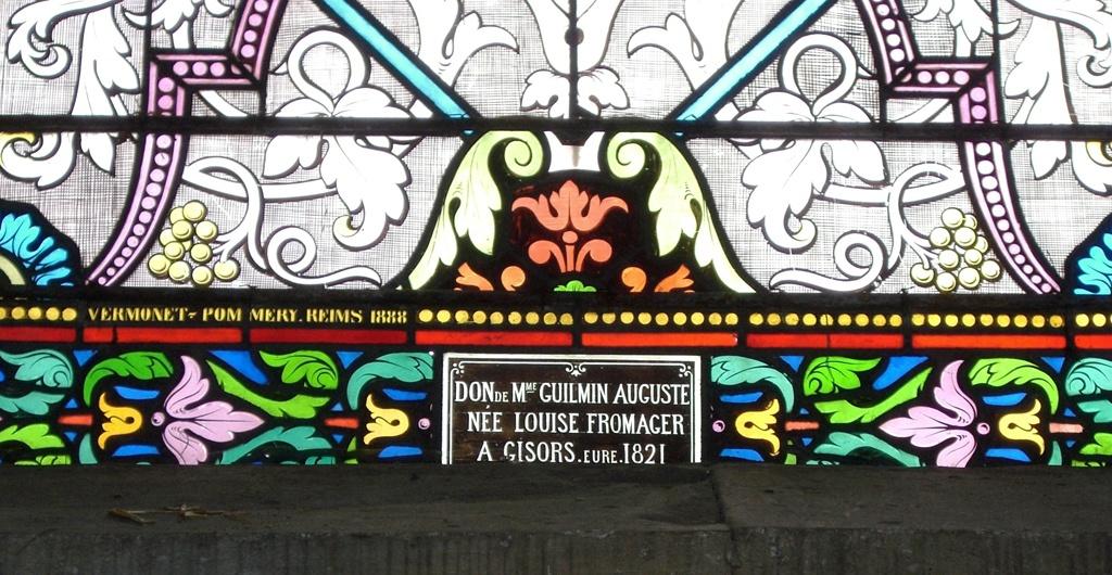 En bas du vitrail dédié à Saint-Louis, la ville de la bienfaitrice a attiré mon attention : Mme Guilmin Auguste née Louise Fromager à Gisors Eure 1821