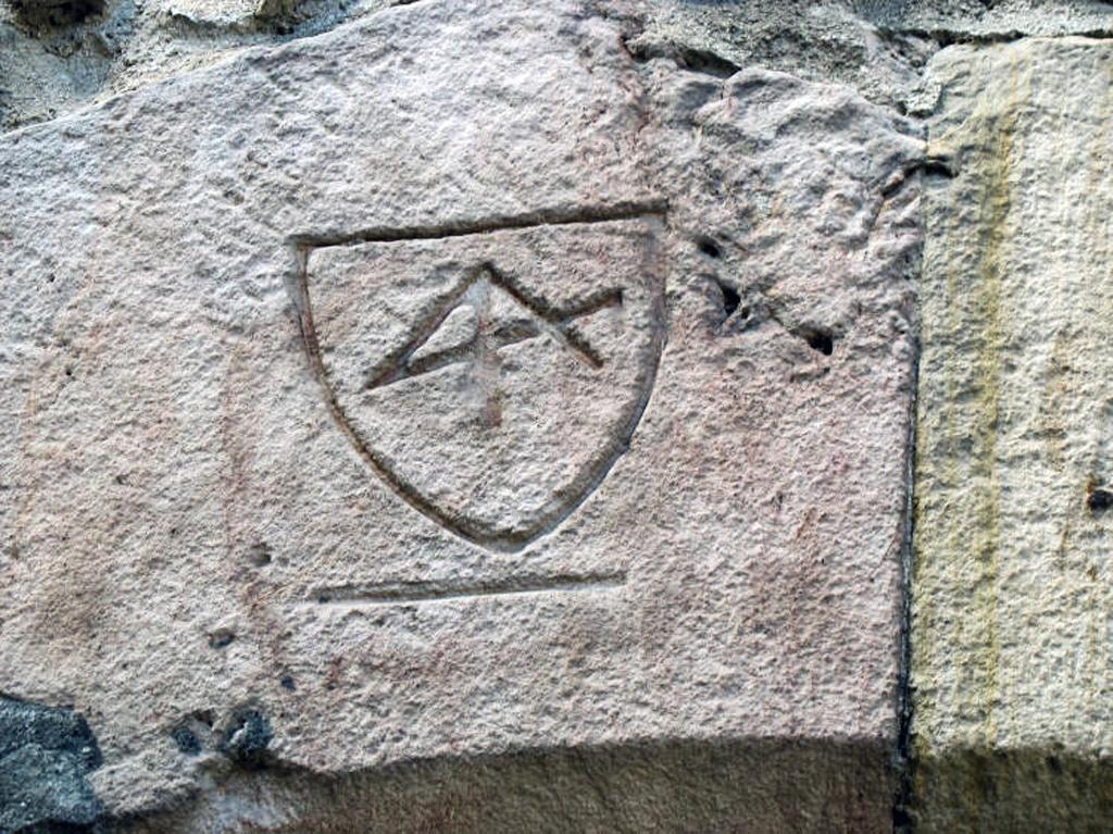 Glyphe sur la porte murée de l'église Notre-Dame de Quillan