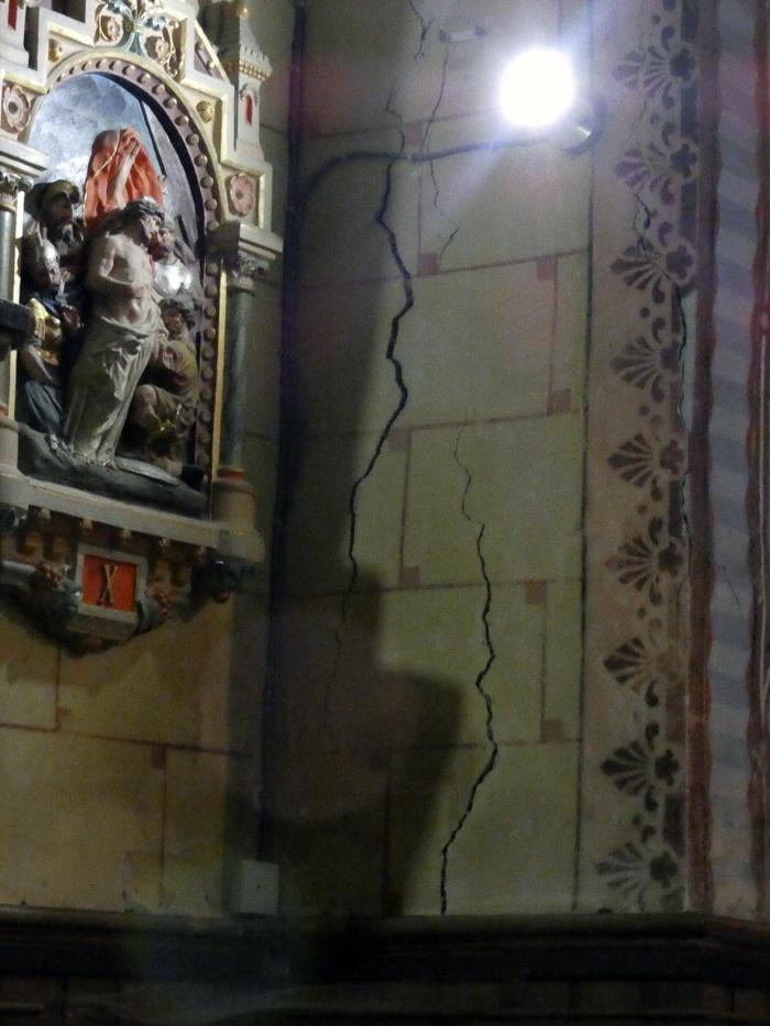 Lézardes dans l'église de Rennes-le-Château