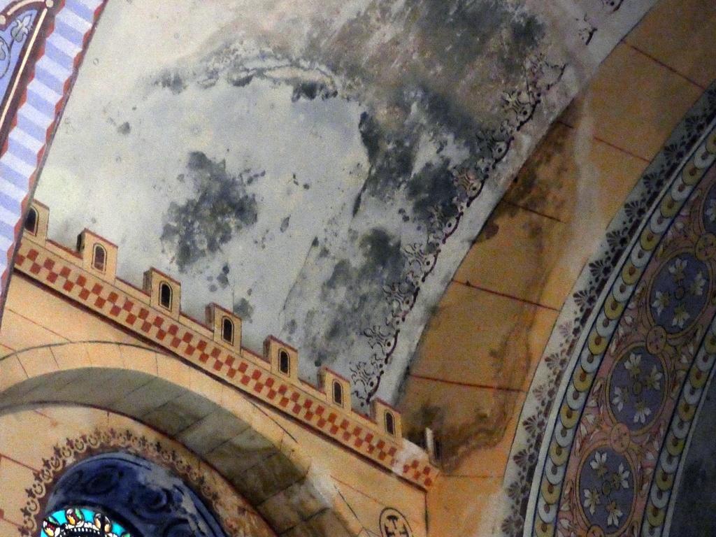 La voûte de l'église de Rennes-le-Châteauhumide, très humide...