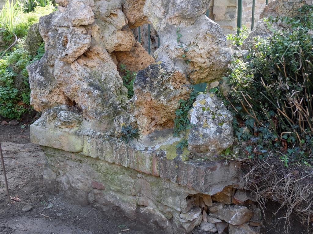 Vue plus large du portique du jardin du calvaire à Rennes-le-Château