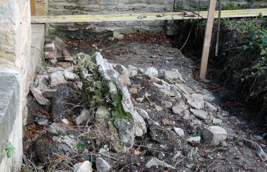 Morceau de rocaille de la grotte d'entrée du jardin.
