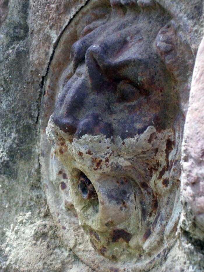 La fontaine du lion à Notre-Dame de Cros