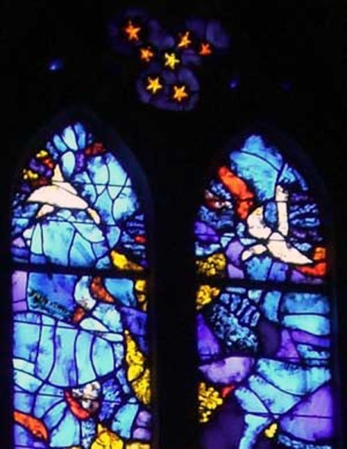 Vitrail de Gérard Milon à Notre Dame de l'Abbaye de Carcassonne