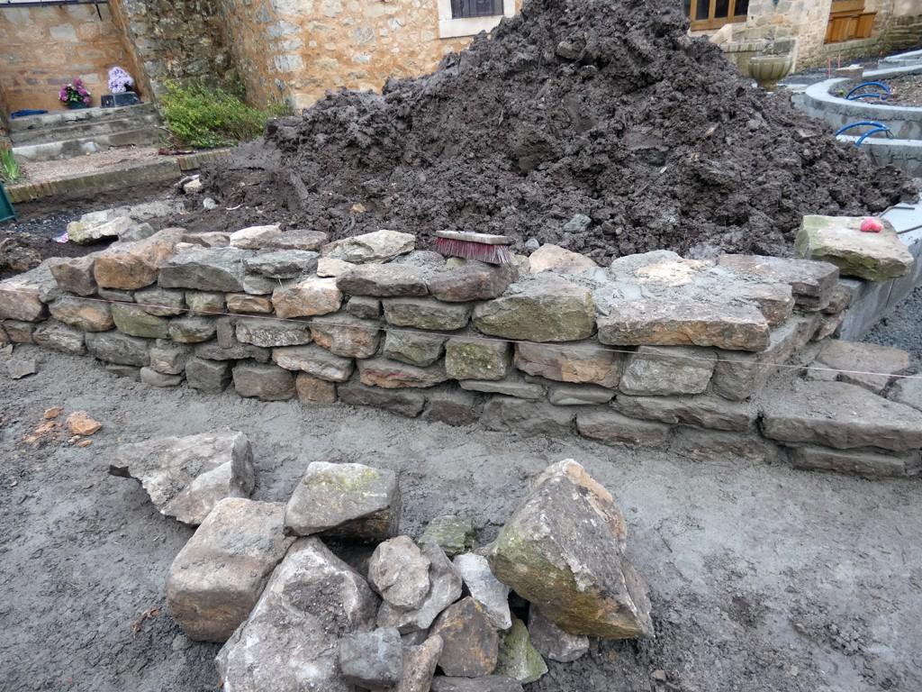 Muret du jardin du calvaire en cours de reconstruction