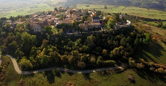 Rennes-le-Château vu du ciel pour la sortie de l'abbé le diable et les chercheurs