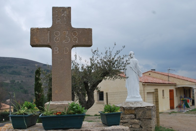 Croix avec un n inversé dans le INRI et derrière le Christ d'Antugnac