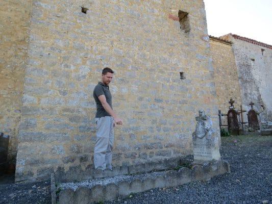 Juan Carlos Pasalodos montre l'entrée dans le cimetière qui donne accès à la crypte de Rennes-le-Château !